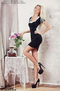 Черное мини платье с открытой спиной, отделка белым кружевом