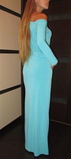 Бирюзовое прямое платье с приспущенным плечом