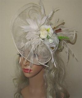 Молочная плетеная шляпка Лора с букетом цветов