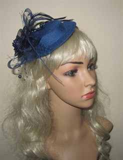 Темно-синяя плетеная шляпка с бантом и перьями.