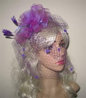 Ярко-фиолетовая вуалетка с перьями на ободке.