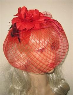 Красная шляпка с плотной вуалью в клетку