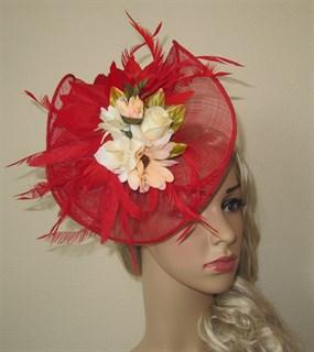 Красная плетеная шляпка Лора с букетом цветов