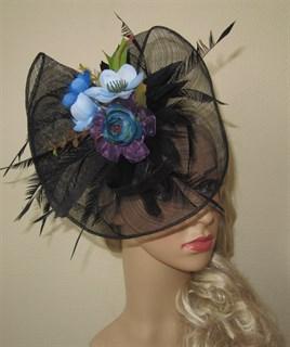 Черная плетеная шляпка Лора с букетом цветов