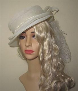 Белая шляпа из регилина с перьями Матильда