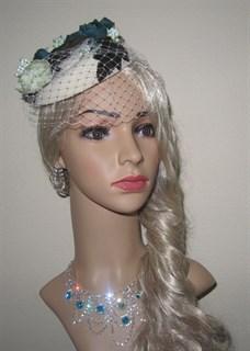 Шляпка Жанет с зелеными розами и вуалью.