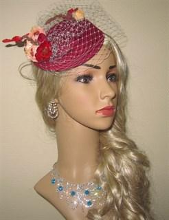 Бордовая шляпка с розами и бабочкой