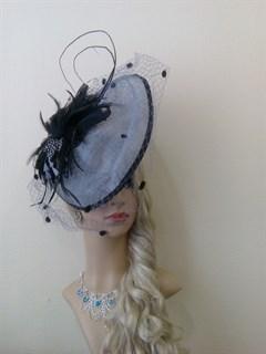 Серая эффектная шляпа с вуалью и пером