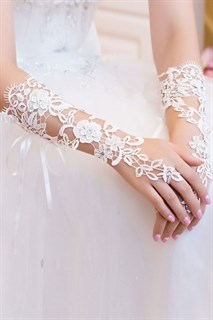 Белая перчатка из кружева