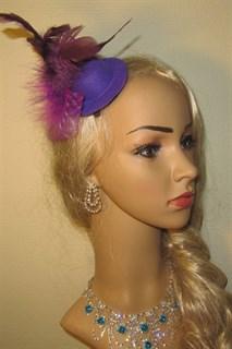 Маленький цилиндр с перьями фиолетовый