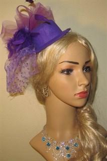 Шляпка цилиндр фиолетовая на заколке с вуалькой в горошек