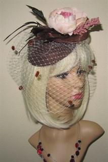 Шоколадная шляпка Жанетт с большим пионом и вуалью