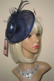 Плетеная шляпка с перьями на заколке Рейчел. Темно-синяя