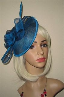 Элегантная шляпа с цветком и пером цвета морской волны