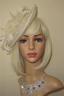 Плетеная шляпка с перьями на заколке Рейчел. Айвори