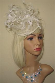 Молочная шляпка Сандра с густыми перьями
