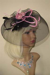 Черная шляпка таблетка с плотной вуалью и цветами