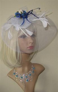 Белая шляпка таблетка с плотной вуалью и синими цветами