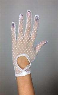 Короткие перчатки в горошек на клепке. Белые