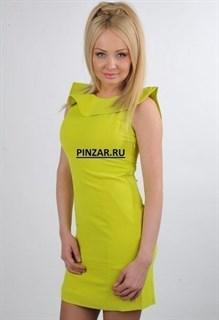 Желтое неоновое платье с открытой спиной и воланами