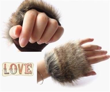Пушистые короткие перчатки без пальцев