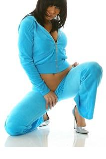 Ярко-голубой велюровый спортивный костюм