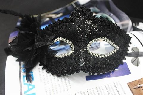 Черная новогодняя маска с пайетками и блестками.