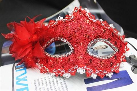 Красная новогодняя маска с пайетками и блестками
