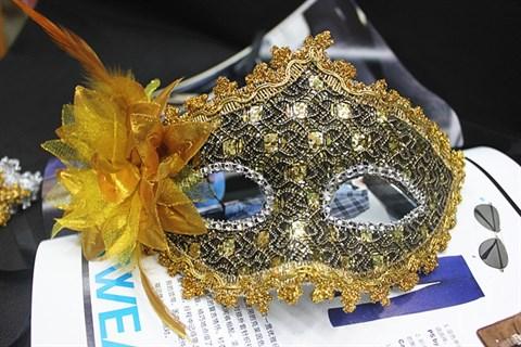 Золотая новогодняя маска с пайетками и блестками
