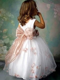 Пышное белое платье с розовым бантом