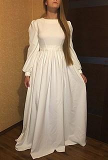 Белое платье с широким рукавом и кружевом