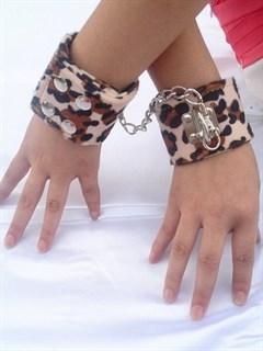 Леопардовые наручники на кнопках, сверху мягкий велюр.
