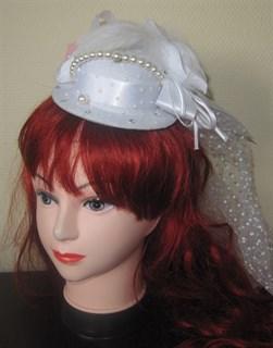 белая шляпка цилиндр с длинной вуалью